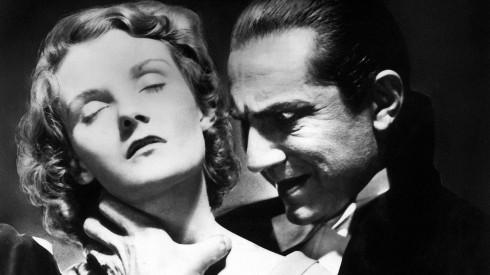 L'attraction-répulsion est magnifiquement rendue ici; la victime s'abandonne au vampyre qui révèle son vrai visage.