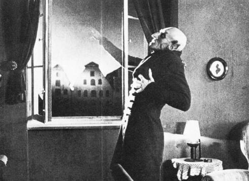 C'est dans Nosferatu que le vampyre craint la lumière du jour pour la première fois.